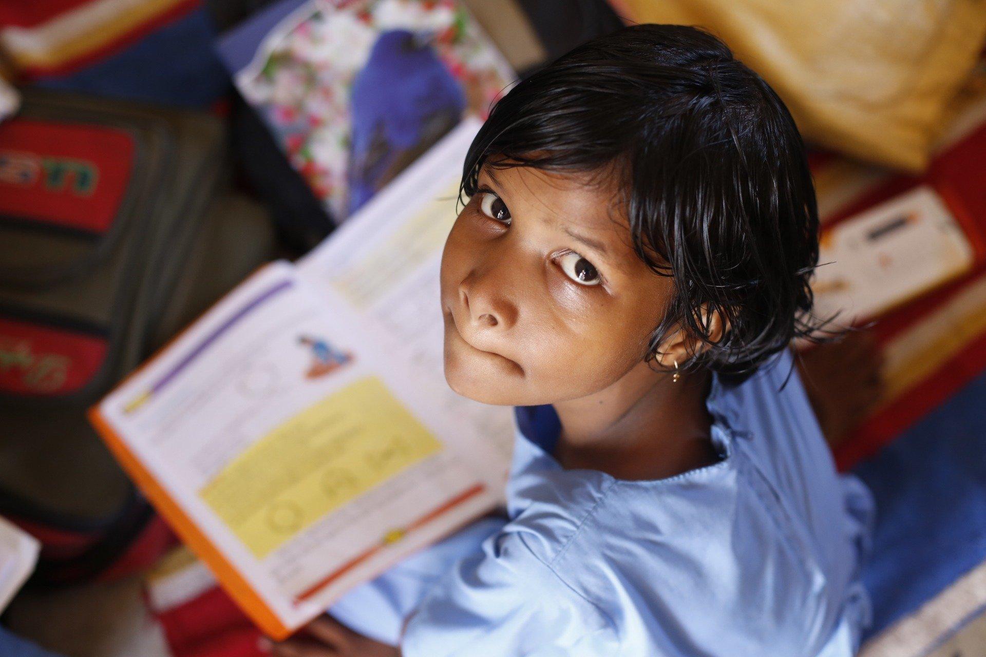 enfant-indien-etidie-livres-aprrentissage